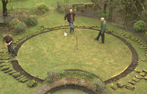 Bbc Gardening Gardening Guides Techniques Design A Circular Lawn