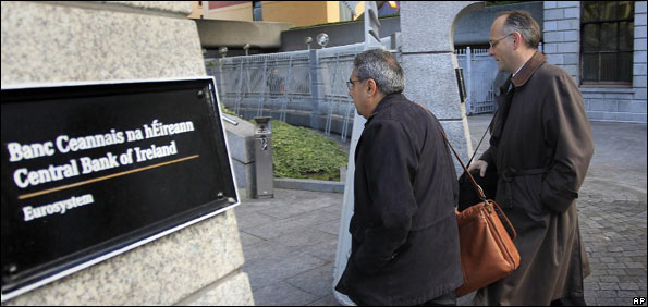 Ajai Chopra (L), deputy director of the European Department of the IMF, and an unidentified colleague make their way to the Central Bank of Ireland in Dublin, 18 November