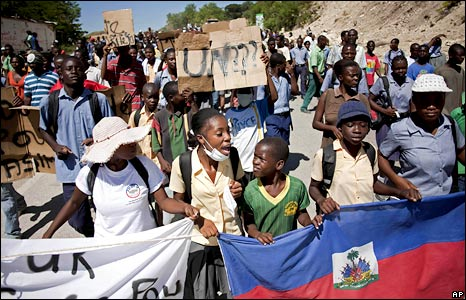 Protesters march to the Nepal UN base in Mirebalais, Haiti, 29 October 2010
