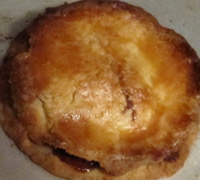 A cooked mince pie in its tin