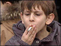 Criança de Capena, Itália, fuma durante a festa de Santo Antônio