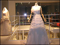 Gaun Pengantin ini Panjangnya 2,2 km!