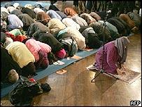 امينه ودود پيشاپيش گروه مختلط نمازگزاران در نيويورک نماز را اقامه می کند