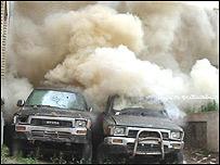 تظاهرات کنندگان با پرتاب سنگ، شيشه های ساختمان استانداری را شکستند و دو خودرو دولتی را در محوطه اين اداره آتش زدند