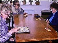 زنان سالخورده بينگو بازی می کنند