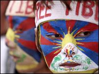 Một người biểu tình Tây Tạng ở nước ngoài ủng hộ nổi dậy trong nước
