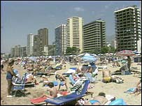 Banhistas tomam sol na praia