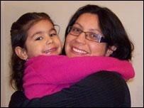 Janice Delunardo e a filha nascida em Portugal (arquivo pessoal).