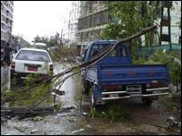 Pohon menimpa kendaraan di Rangoon