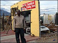 Ahmed diante da loja destruida de um amigo