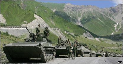 Comboio de tanques russos se dirige à província separatista georgiana da Ossétia do Sul