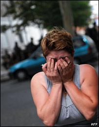 Georgiana chora em frente a hospital após bombardeios em Gori no sábado