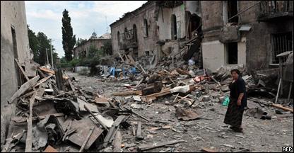 Georgiana observa prédios atingidos por bombardeio em Gori no sábado, 9/8