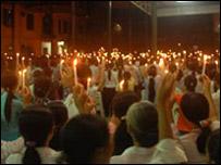 Giáo dân thắp nến cầu nguyện tại giáo xứ Thái Hà