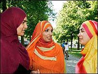 Apresentadoras usam véu islâmico (foto: SVT)