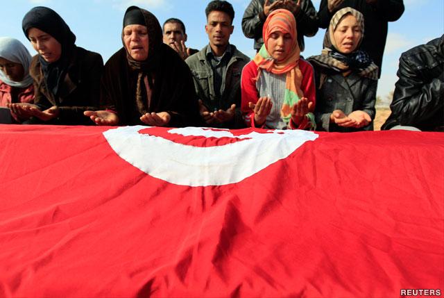 एक ट्यूनीसियाई महिला राष्ट्रीय ध्वज फहराती हुई
