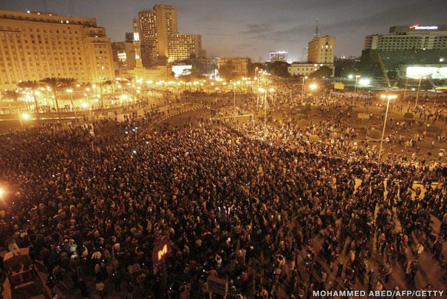 25 जनवरी 2011 के दिन मिस्र के प्रदर्शनकारी तहरीर चौक पर राष्ट्रपति के त्यागपत्र और सुधारों की मांग करते हुए.