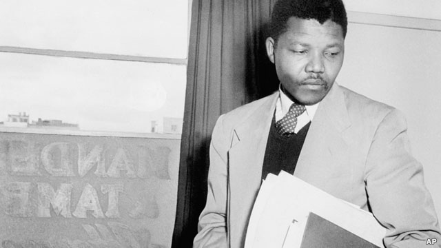 نلسون ماندلا در سال ۱۹۵۲ در دفتر حقوقی