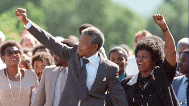 نلسون ماندلا و همسرش وینی در موقع خروج از زندان ویکتور ورستر در ۱۱ فوریه ۱۹۹۰ مشتهای خود را گره میکنند