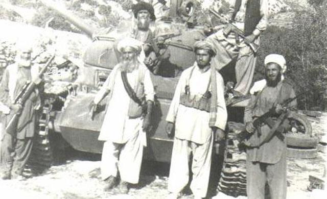 افغانستان میں برسر پیکار جنگجو، روسی ٹنک پر قبضے کے بعد۔ پکتیا 1979۔ تصویر اے آئی پی