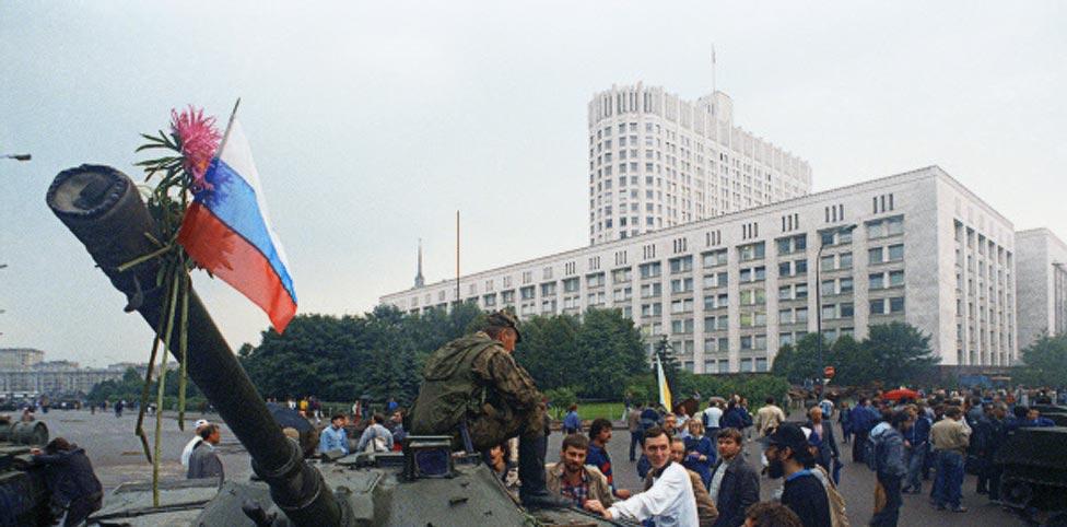 Defensores del Parlamento ruso colocan flores en el cañón de un tanque desplegado en Moscú el 19 de agosto de 1991, después de que miembros del llamado Comité de Estado para la Situación de Emergencia declararan el estado de emergencia en la capital (Foto: RIA Novosti)